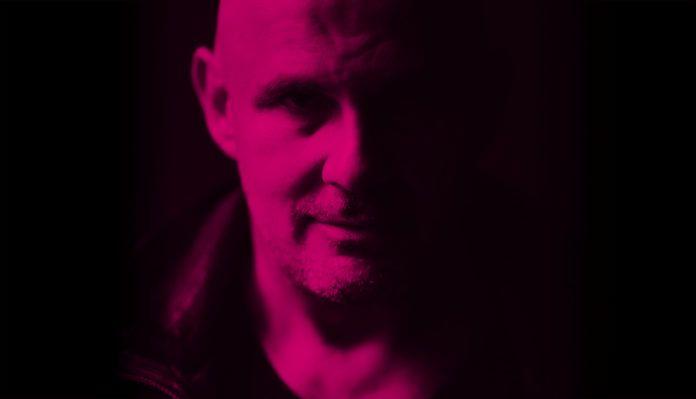Portret mężczyzny na czarno-różowym świetle
