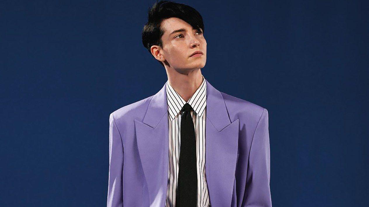 Model ubrany we fioletowy garnitur