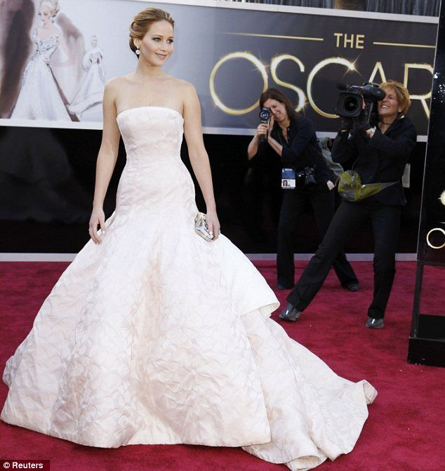 Dziewczyna w jasno różowej sukni na Oscarach