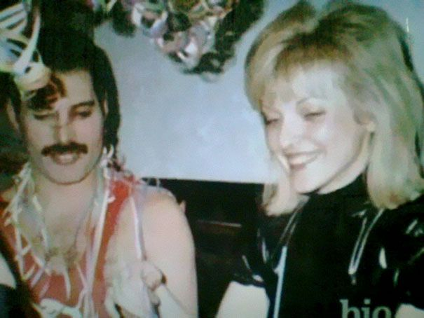 Stare zdjęcie kobiety i mężczyzny na imprezie