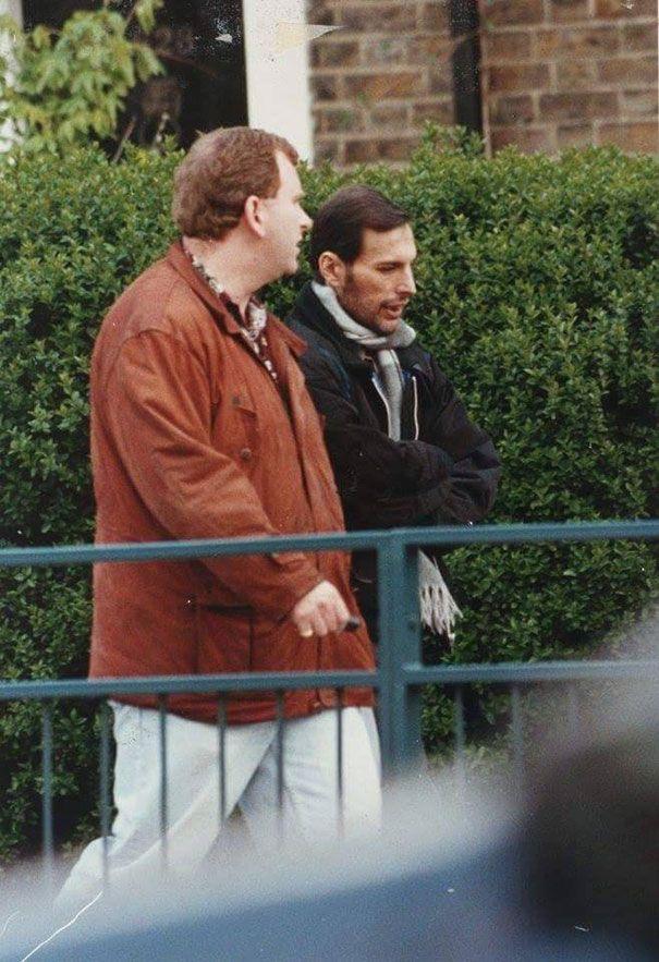 Freddie Mercury przed śmiercią w kurtce na spacerze