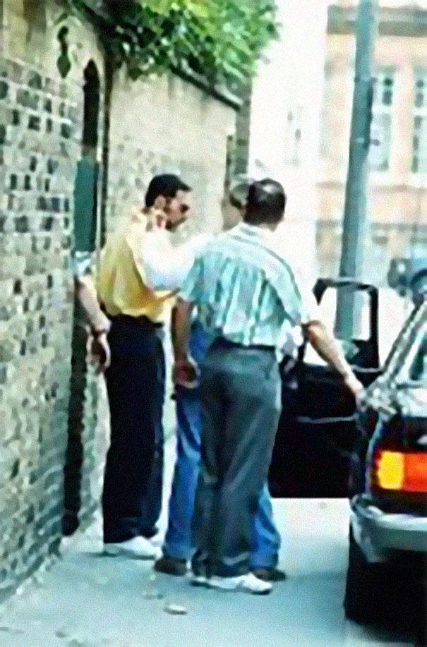 Zdjęcie Freddiego Mercurego tuż przed śmiercią w żółtej koszuli wsiadającego do samochodu