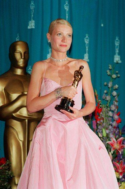 Kobieta w rózowej sukni z Oscarem