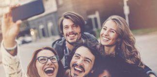 Grupa znajomych robiąca sobie zdjęcie smartfonem