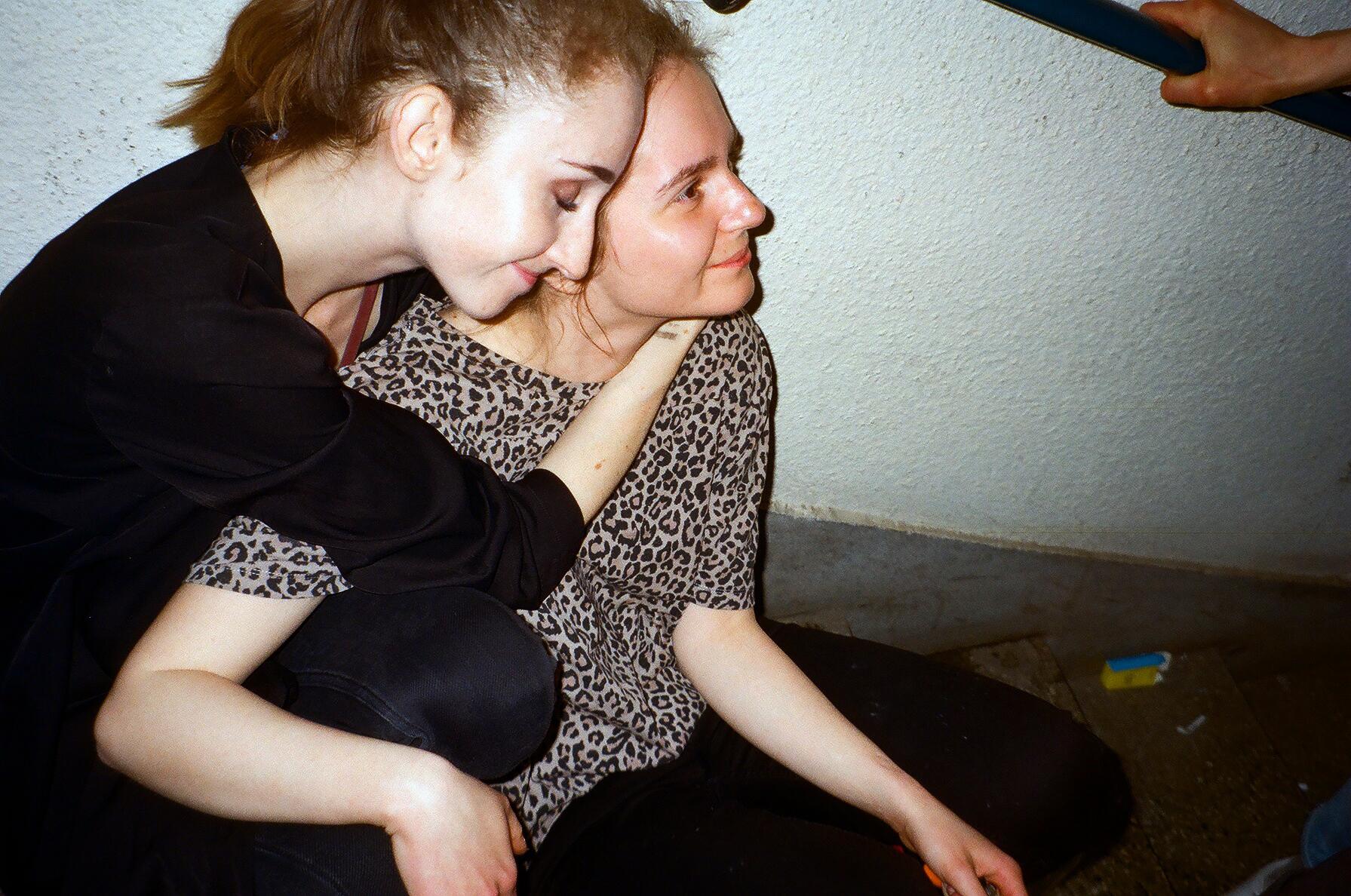Dwie przytulające się osoby