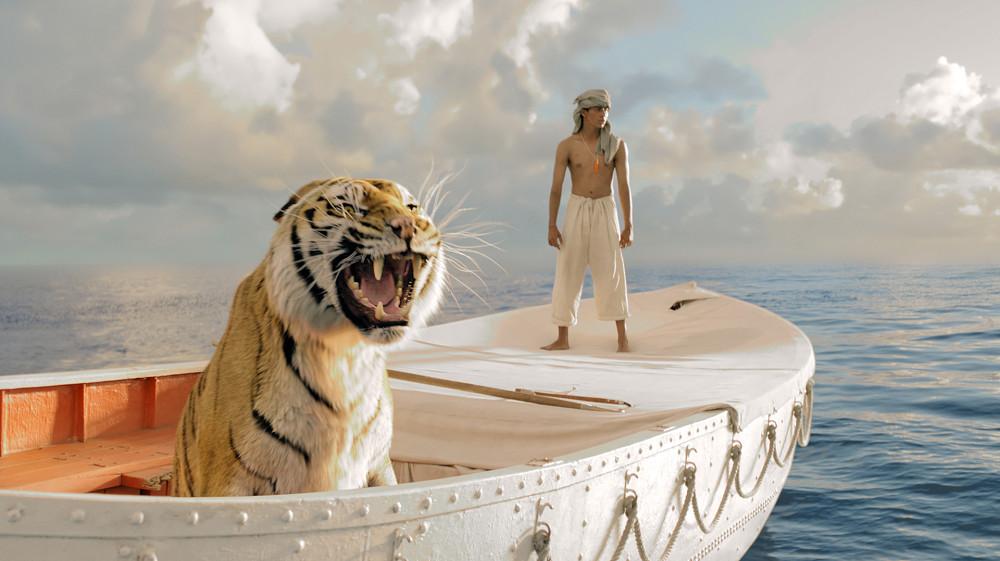 Wielka lodz z tygrysem i chlopcem na oceanie