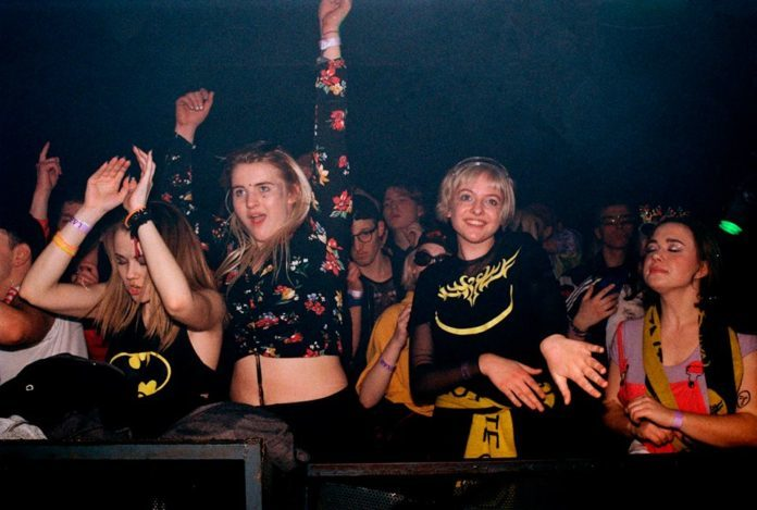 dziewczyny, które bawią się na imprezie