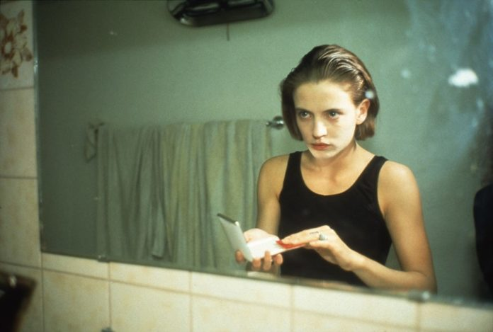 Kobieta stojąca przed lustrem