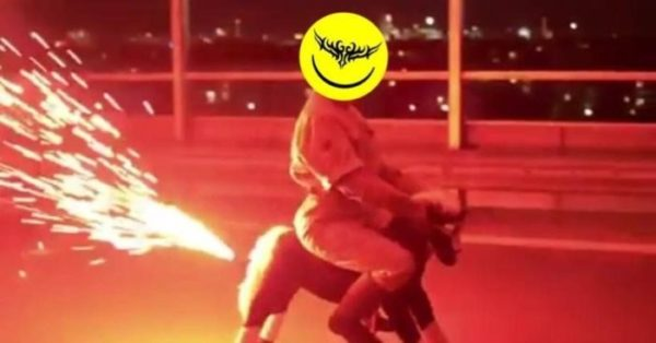 fotografia osoby siedzącej na koniu na biegunach, który napędzany jest fajerwerkami, osoba ma zamisst twarzy logo wixapolu, czyli tak zwany tribal