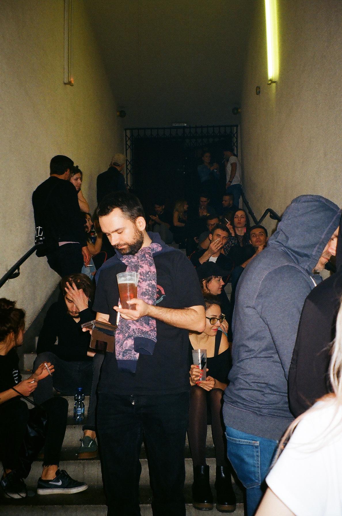 Ludzie zgromadzeni na korytarzu