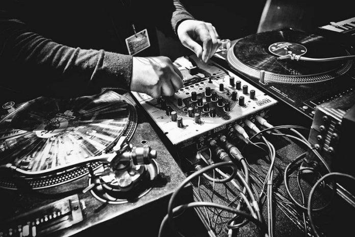 czarno-białe zdjęcie przedstawia sprzęt do tworzenia i grania muzyki elektronicznej