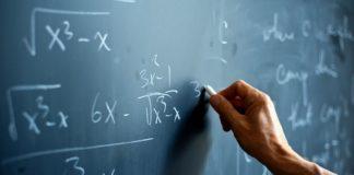 Ręka pisząca po tablicy