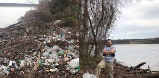 Śmieci i mężczyzna je zbierający