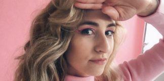 Dziewczyna w różowym golfie na różowym tle
