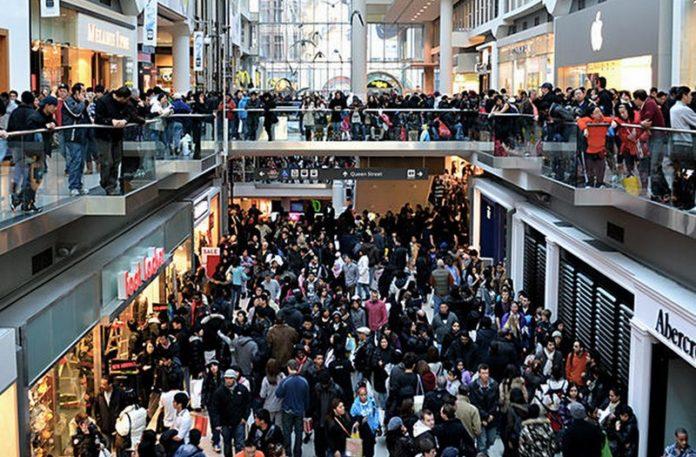 Tłum w galerii handlowej