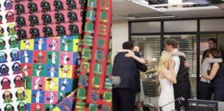 Arkusz kolorowych obrazków i przytulający się ludzie