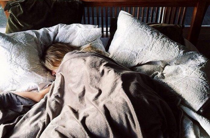 Dziewczyna lężąca w łóżku