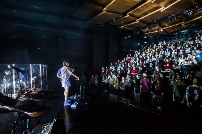 Dziewczyna na scenie przed duża publicznością