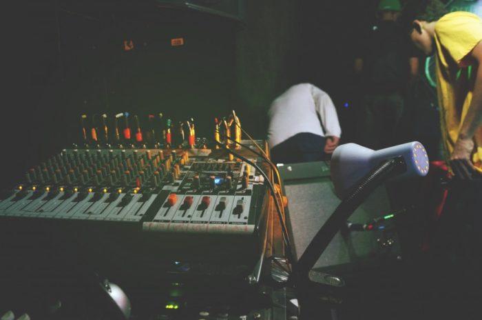 zdjęcie przedstawia sprzęt do tworzenia i grania muzyki elektronicznej