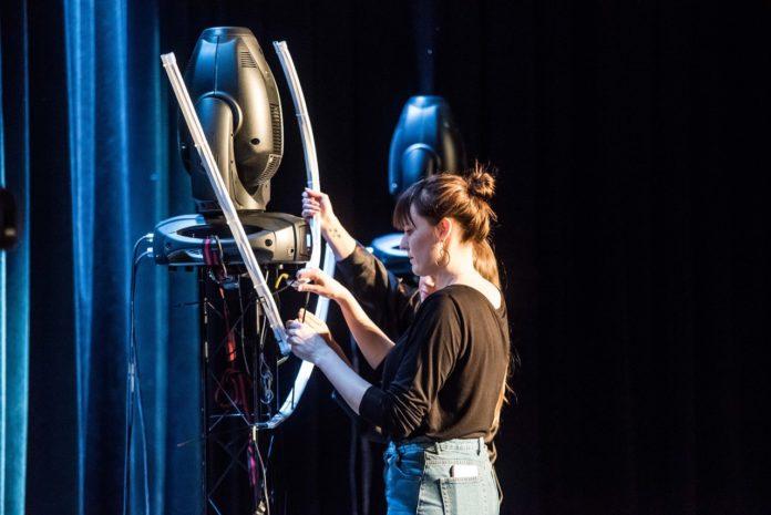 Dziewczyna pomagająca montować scenę