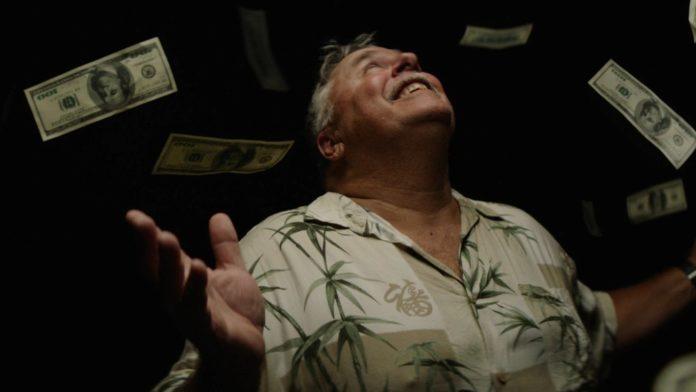 Mężczyzna na którego spadają dolary