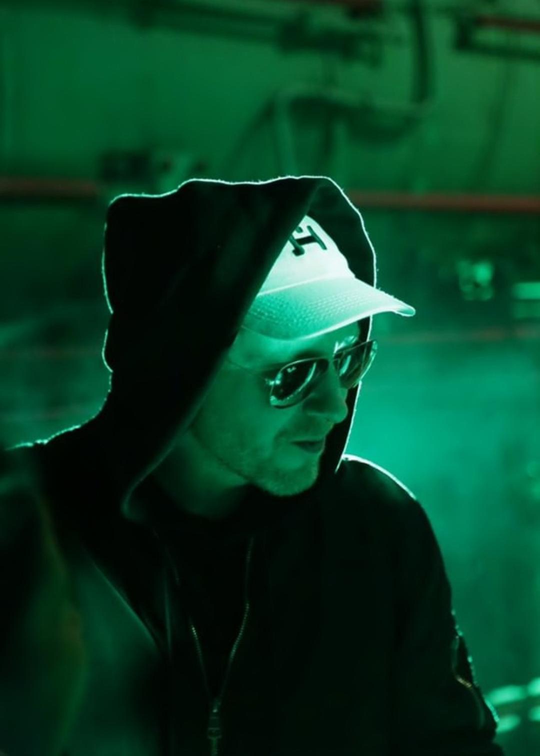 Mężczyzna w czarnej bluzie z białą czapką HIRO