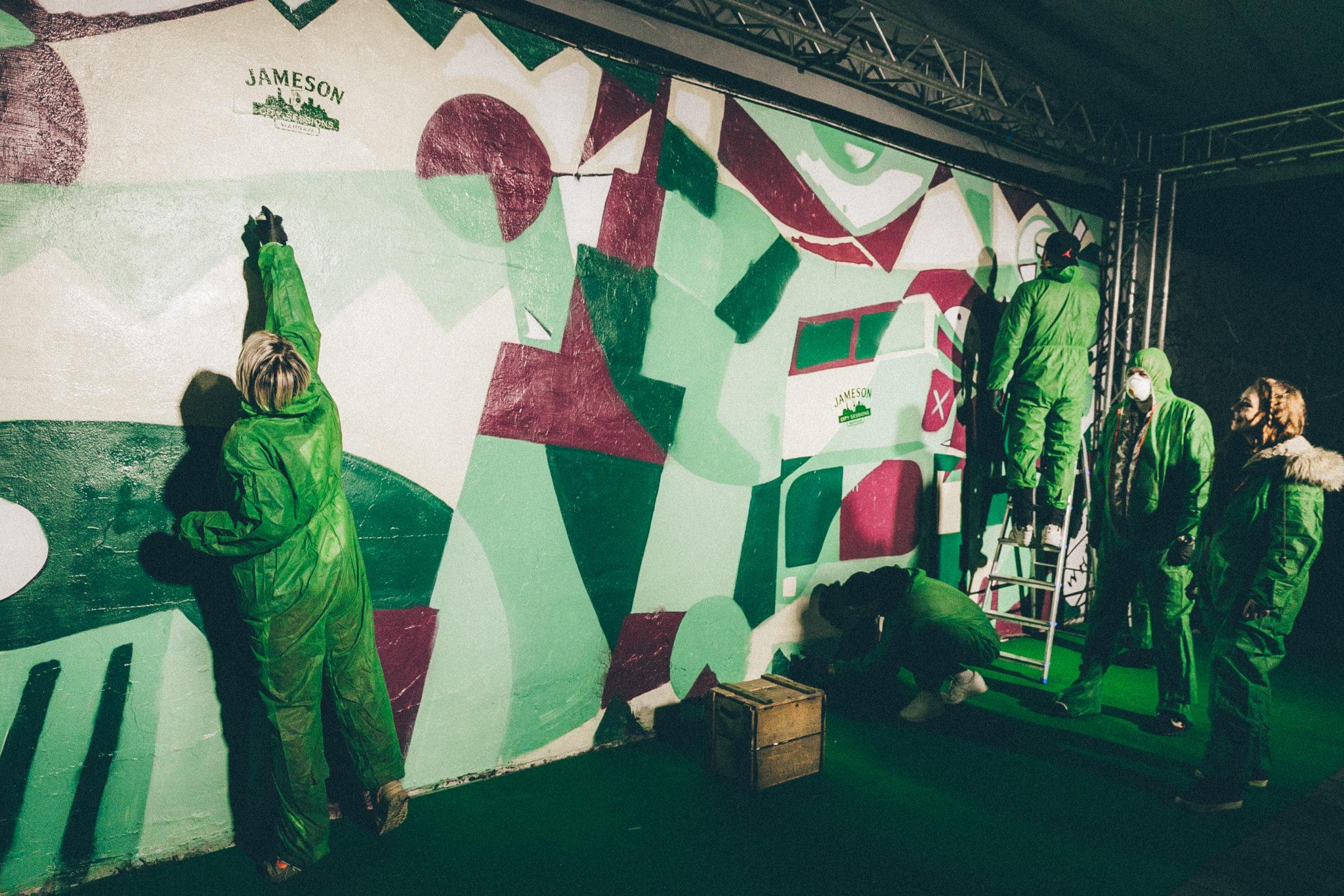 Ludzie malujący mural