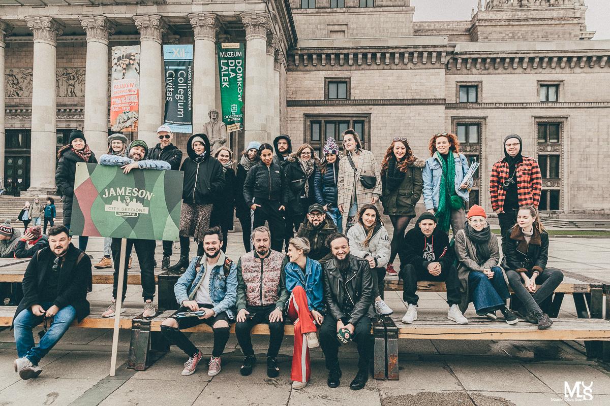 Grupa ludzi pozująca na tle Pałacu Kultury i Nauki