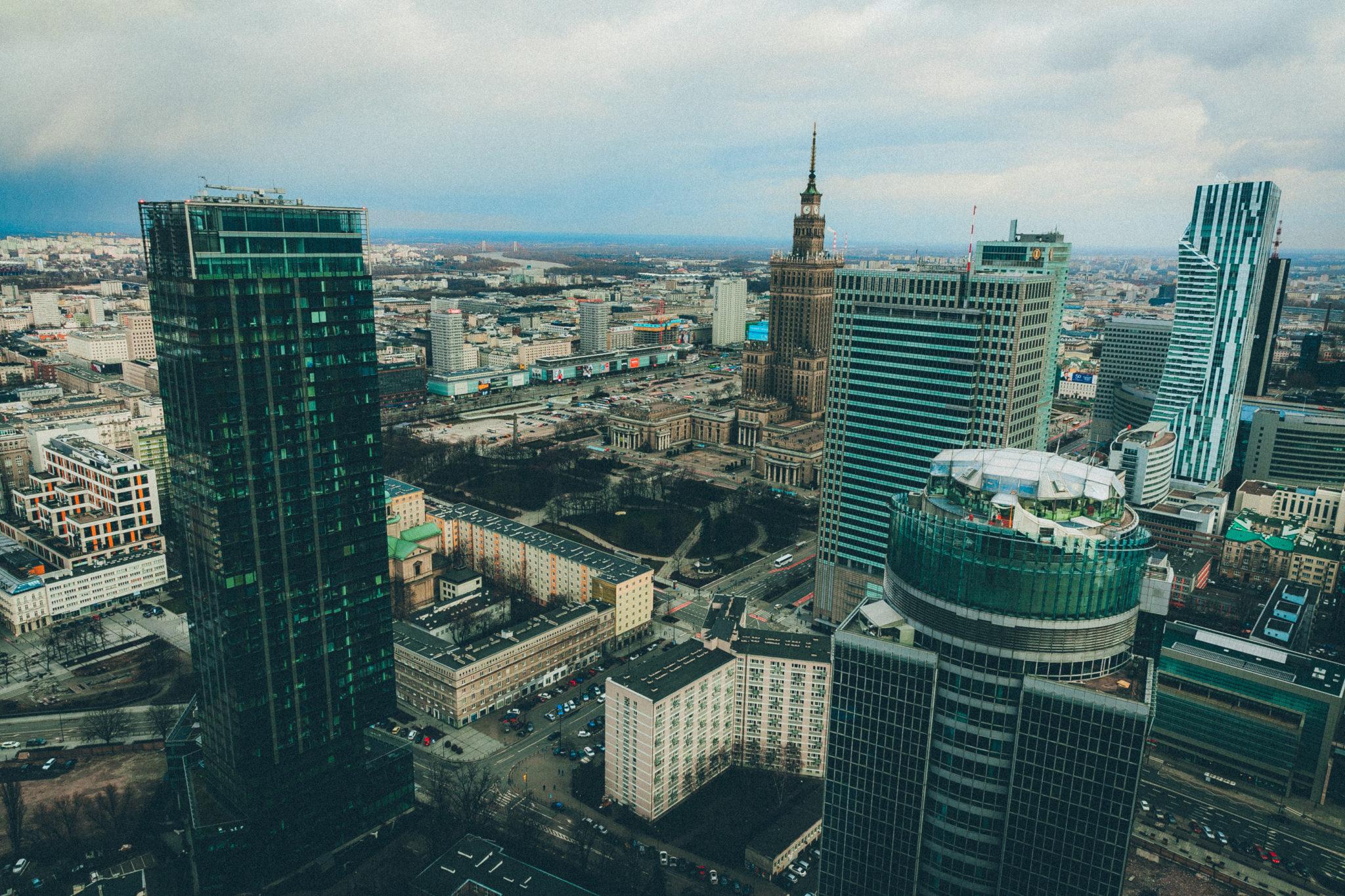 Widok Warszawy z dachu wierzowca