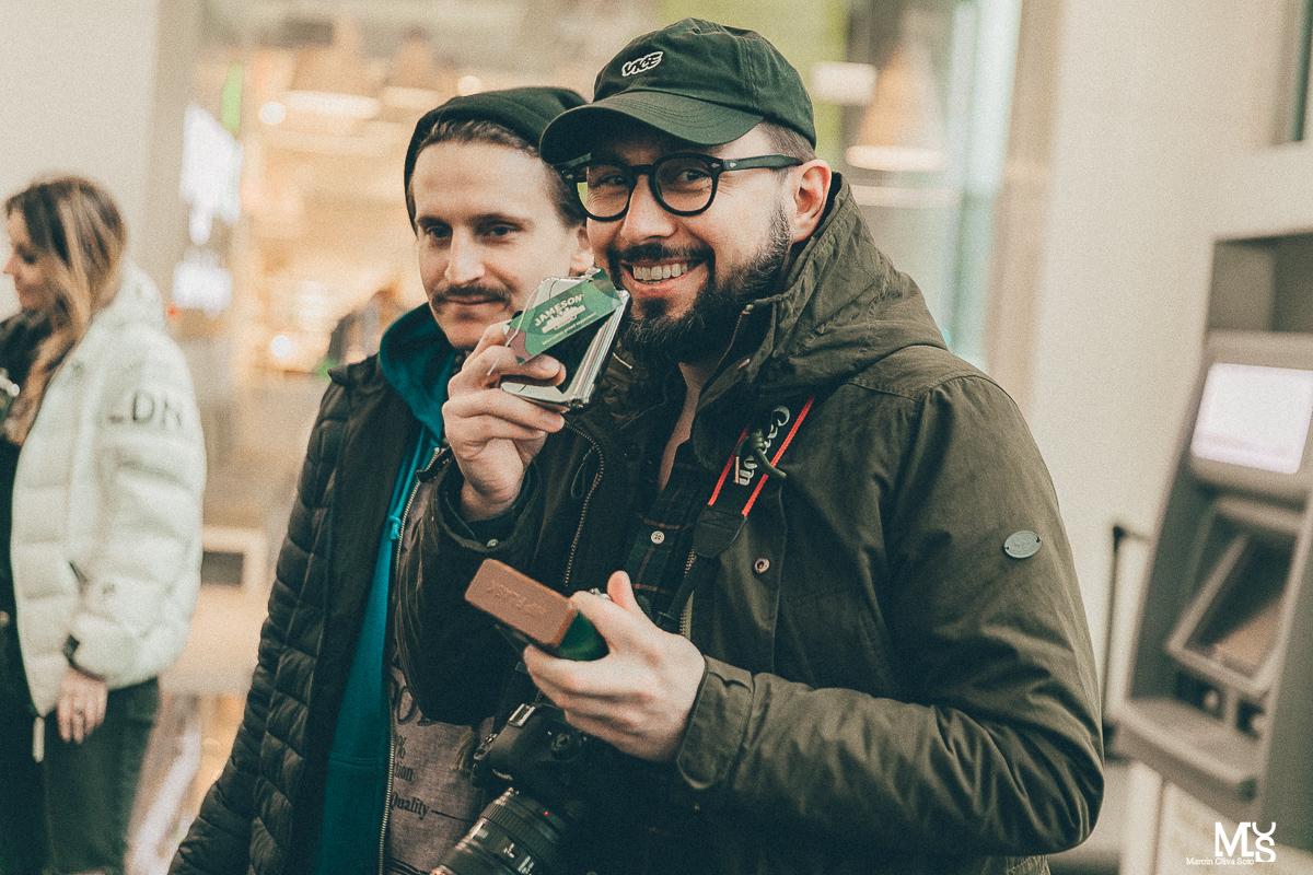 Dwóch mężczyzn patrzących w obiektyw
