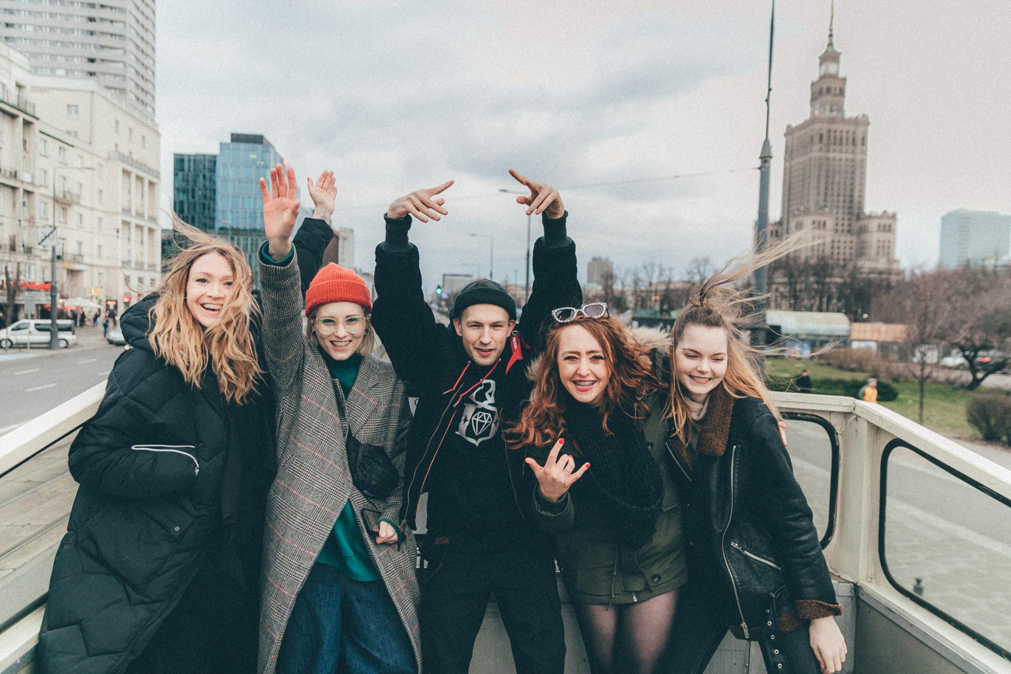 Grupa ludzi pozująca do zdjęcia
