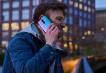 Meżczyzna rozmawiający przez telefon