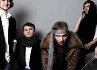 Pięciu mężczyn z szalikami na szyjach