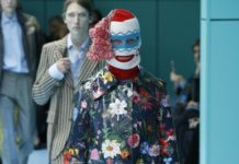 Modelka ubrana w kwiecisty płaszcz i kolorową kominiarkę