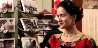 Czarnowłosa kobieta z kwiatami we włosach, kadr z filmu Frida
