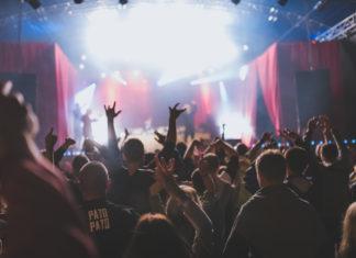Publiczność zgromadzona przed sceną