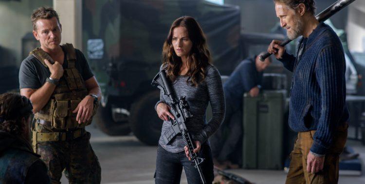 Wszyscy stoja z bronia, na zdjeciu widzimy jedna kobiete i trzech mezczyzn