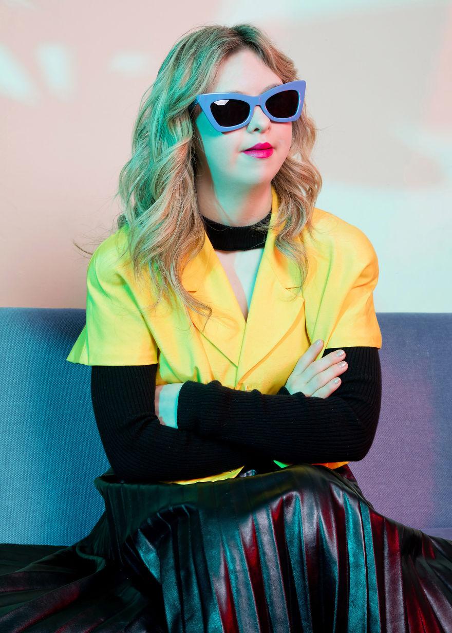 Dziewczyna w okularach i żółtej bluzce