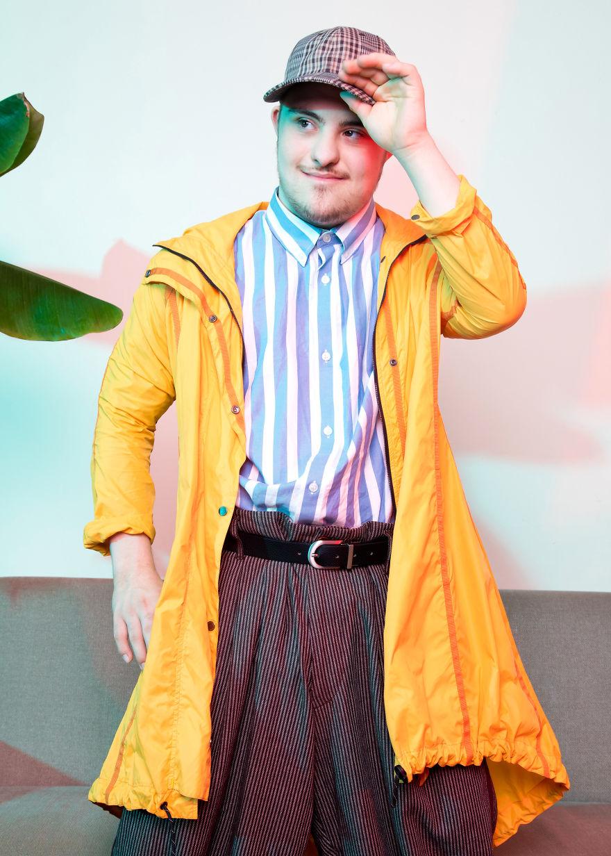 Chłopak w żółtym płaszczu i koszuli w niebieskie pasy