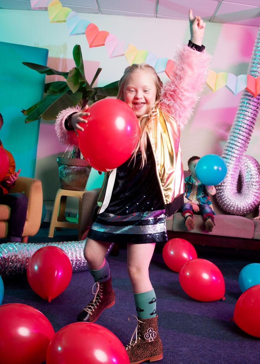 Tańcząca dziewczynka z czerwonymi balonami