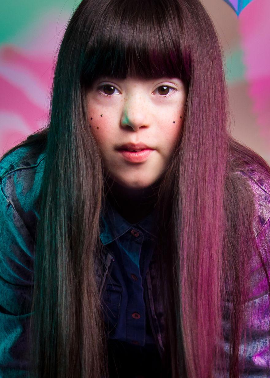 Dziewczyna w długich włosach patrząca w obiektyw
