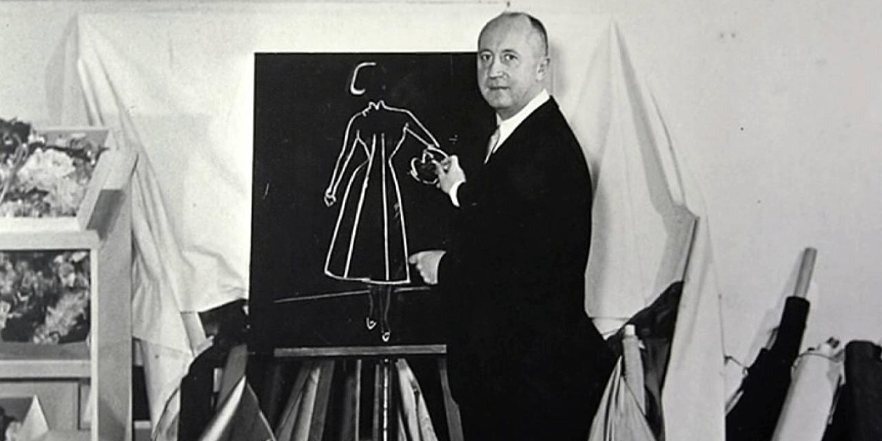 Projektant pokazuje szkic swojego projektu na tablicy
