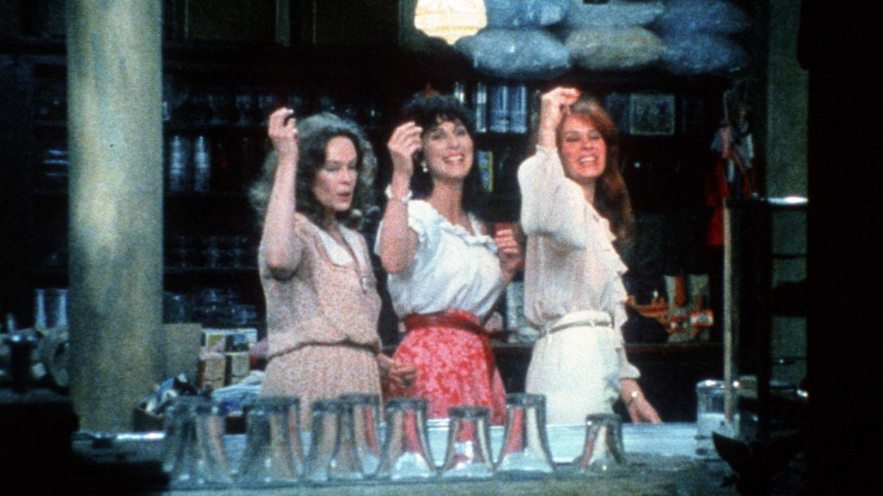 Trzy kobiety za barem