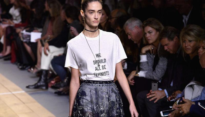 Zdjecie z pokazu mody modelka w koszulce z napisem we all should be feminists