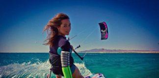 Kobieta uprawiająca kitesurfing