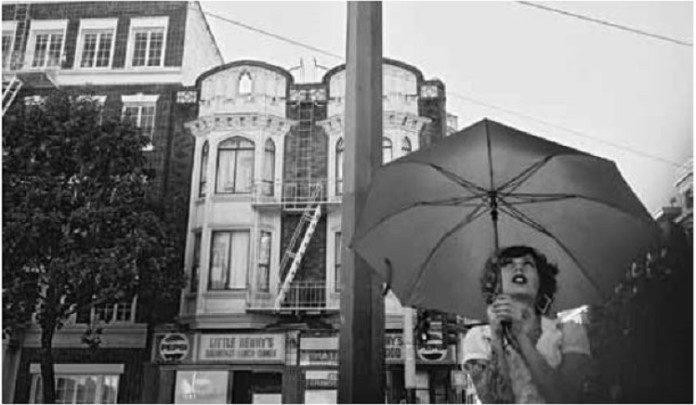 Dysputa zza laptopa, kobieta z parasolem