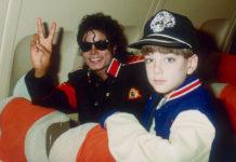Mężczyzna w okularach i mały chłopiec w czapce