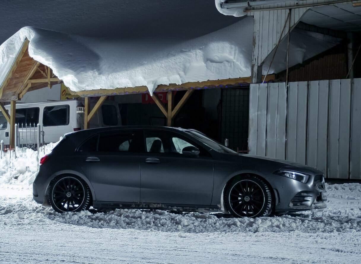 Mercedes przed zaśnieżonym domem