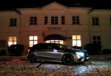 Mercedes zaparkowany przed dworkiem