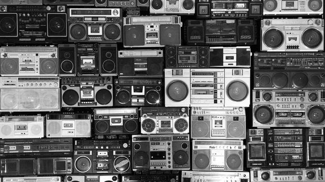 zdjęcie przedstawia stare magnetofony